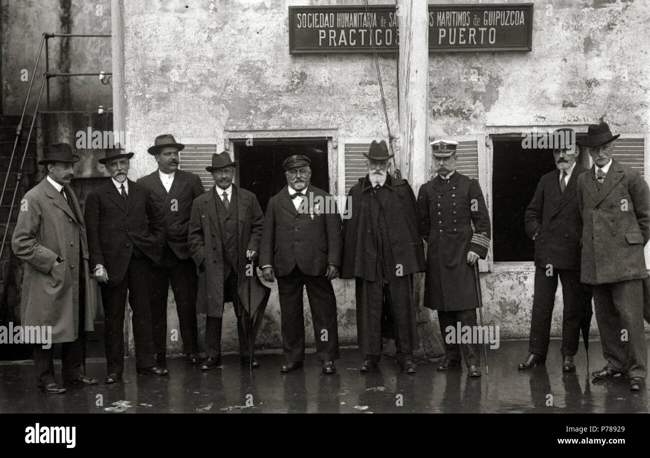 35 Grupo de hombres delante del edificio de la Sociedad Humanitaria de Salvamentos Maritimos de Gipuzkoa prácticos del puerto (1 de 1) - Fondo Car-Kutxa Fototeka - Stock Image