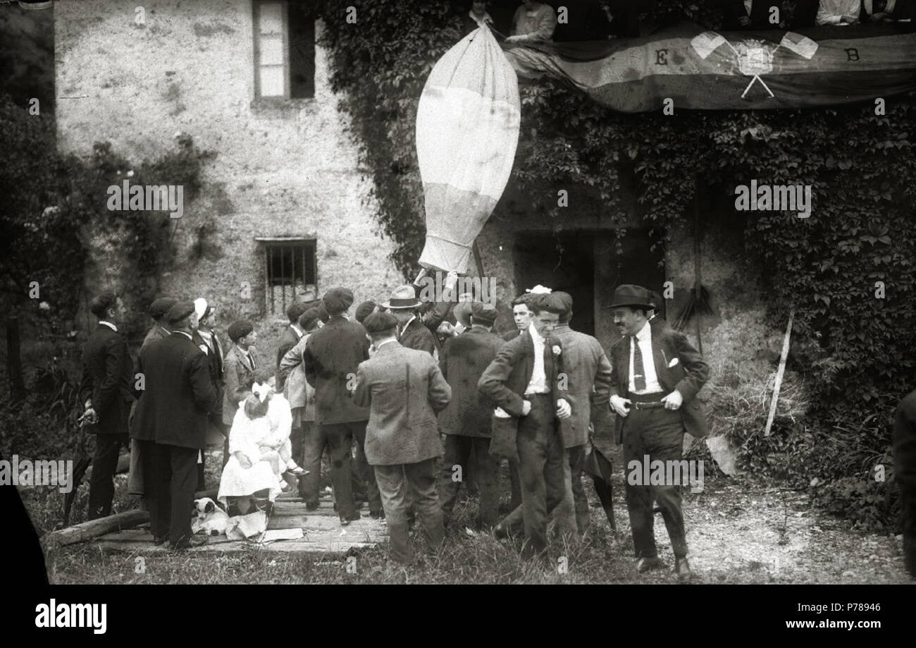 Español: Título original: Grupo de hombres en el barrio de Carabel (6/6) Localización: Hernani (Guipúzcoa)  . 1920 35 Grupo de hombres en el barrio de Carabel (6 de 6) - Fondo Car-Kutxa Fototeka - Stock Image