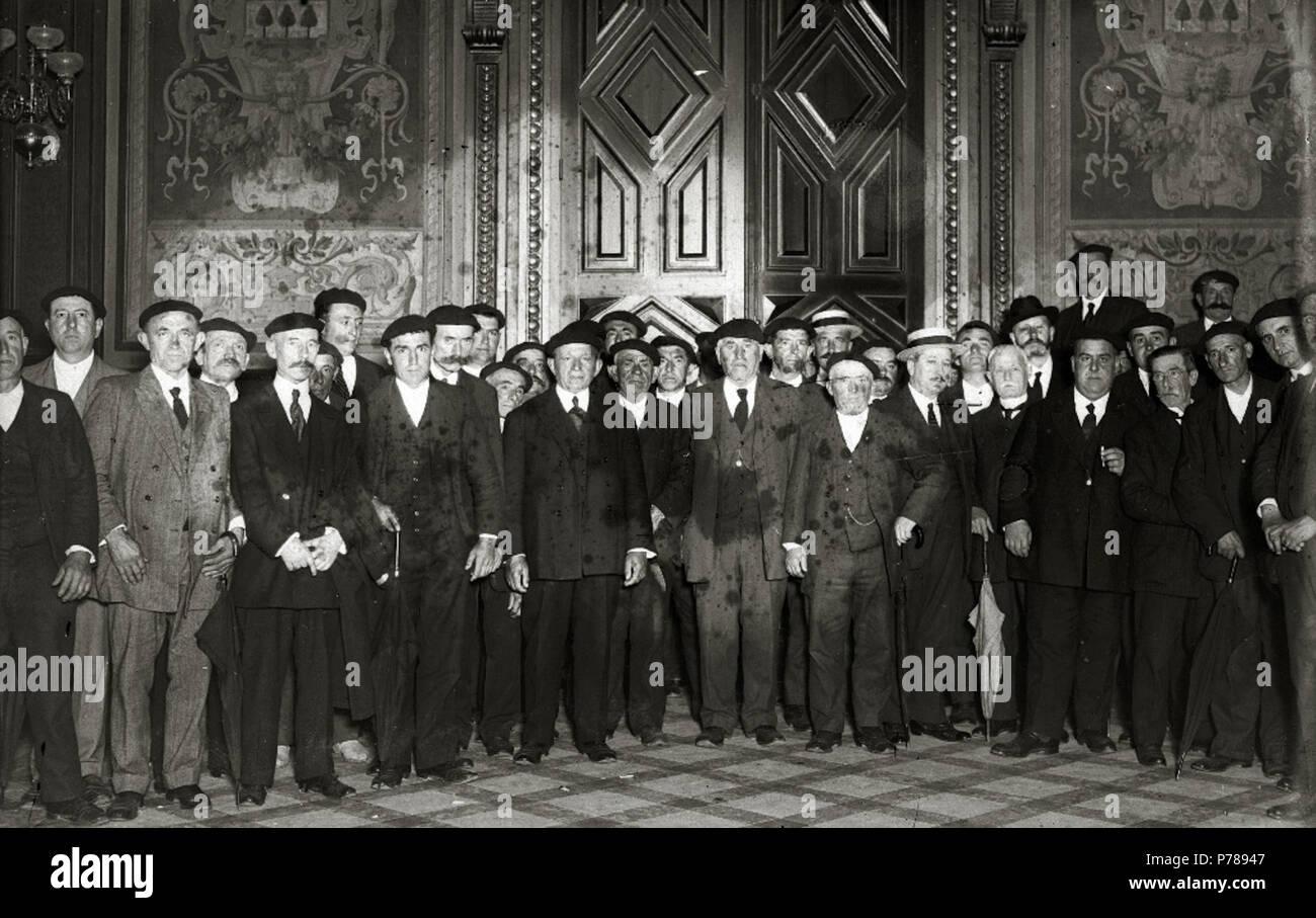 Español: Título original: Grupo de hombres en el interior de uno de los salones del Ayuntamiento de Tolosa (1/1) Localización: Tolosa (Guipúzcoa)  . 1918 35 Grupo de hombres en el interior de uno de los salones del Ayuntamiento de Tolosa (1 de 1) - Fondo Car-Kutxa Fototeka - Stock Image