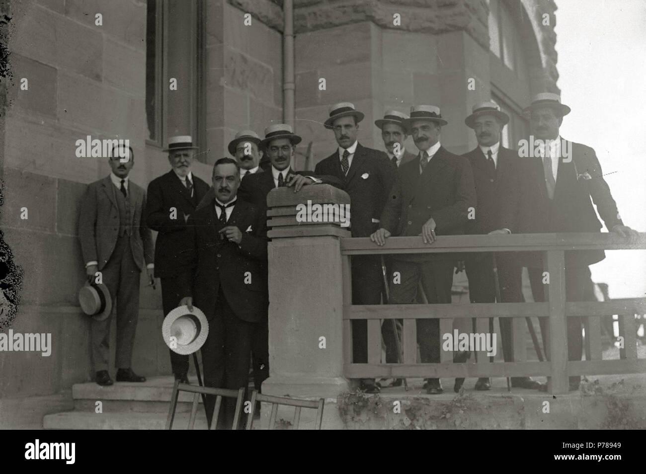 Español: Título original: Grupo de hombres en la terraza del Hotel Igeldo (1/1) Localización: San Sebastián (Guipúzcoa)  . 1916 35 Grupo de hombres en la terraza del Hotel Igeldo (1 de 1) - Fondo Car-Kutxa Fototeka - Stock Image