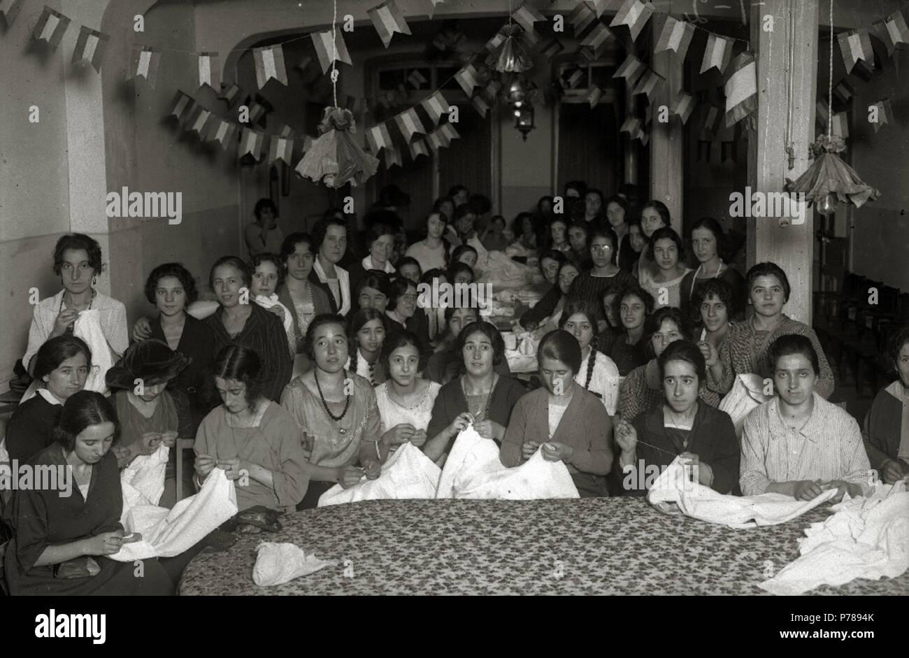 Español: Título original: Grupo de modistas cosiendo (1/1) Localización: Guipúzcoa  . 1921 35 Grupo de modistas cosiendo (1 de 1) - Fondo Car-Kutxa Fototeka Stock Photo
