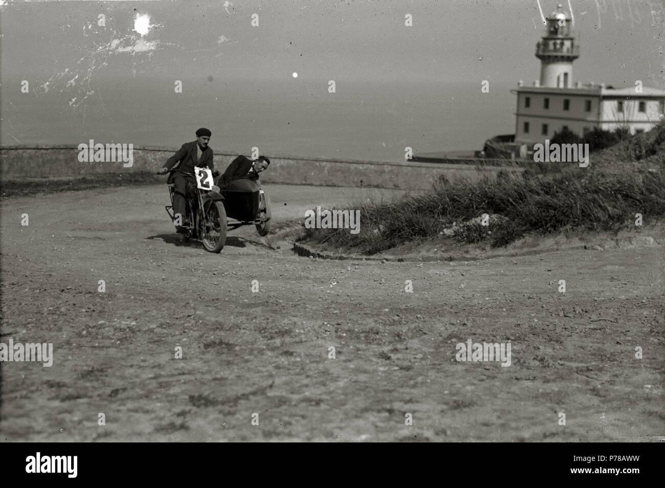 Español: Título original: Motociclismo por el Paseo del Faro (1/6) Localización: San Sebastián (Guipúzcoa)  . 1922 47 Motociclismo por el Paseo del Faro (1 de 6) - Fondo Car-Kutxa Fototeka Stock Photo