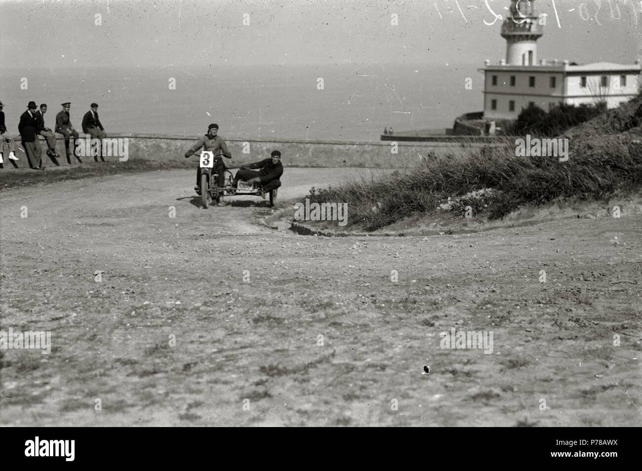 Español: Título original: Motociclismo por el Paseo del Faro (2/6) Localización: San Sebastián (Guipúzcoa)  . 1922 47 Motociclismo por el Paseo del Faro (2 de 6) - Fondo Car-Kutxa Fototeka Stock Photo