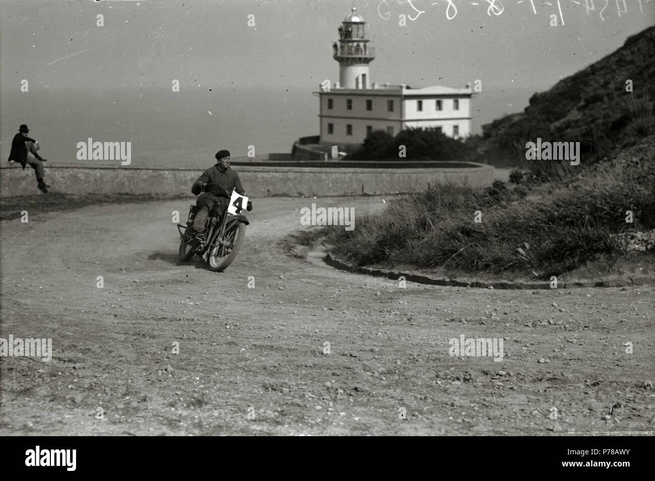 Español: Título original: Motociclismo por el Paseo del Faro (4/6) Localización: San Sebastián (Guipúzcoa)  . 1922 47 Motociclismo por el Paseo del Faro (4 de 6) - Fondo Car-Kutxa Fototeka Stock Photo