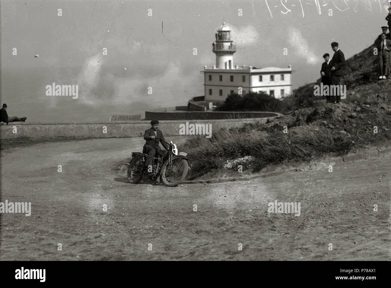 Español: Título original: Motociclismo por el Paseo del Faro (3/6) Localización: San Sebastián (Guipúzcoa)  . 1922 47 Motociclismo por el Paseo del Faro (3 de 6) - Fondo Car-Kutxa Fototeka Stock Photo