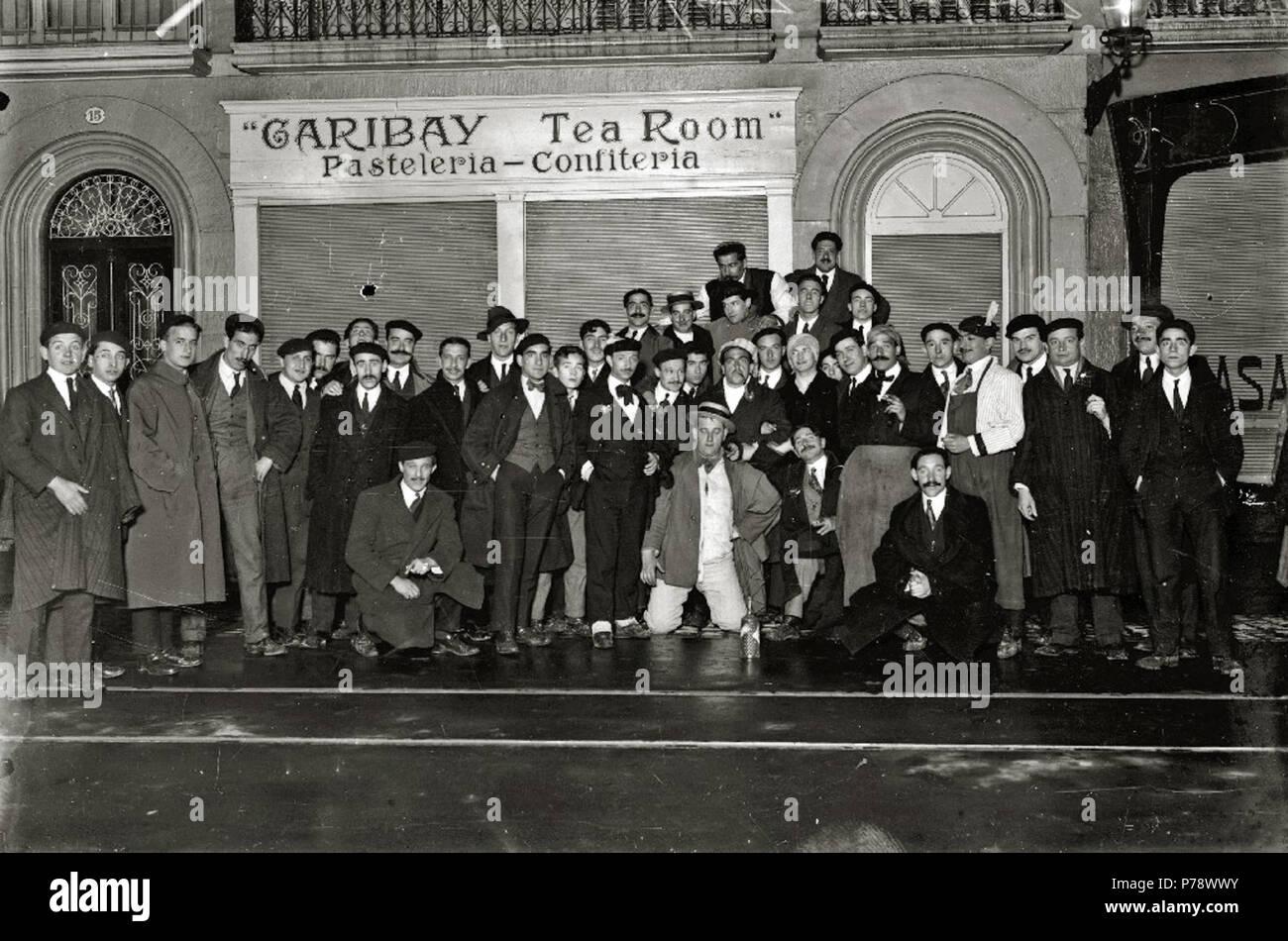 Español: Título original: Grupo de hombres delante de la pasteleria-confiteria 'Garibay Tea Room' (1/1) Localización: San Sebastián (Guipúzcoa)  . 1916 35 Grupo de hombres delante de la pasteleria-confiteria 'Garibay Tea Room' (1 de 1) - Fondo Car-Kutxa Fototeka - Stock Image