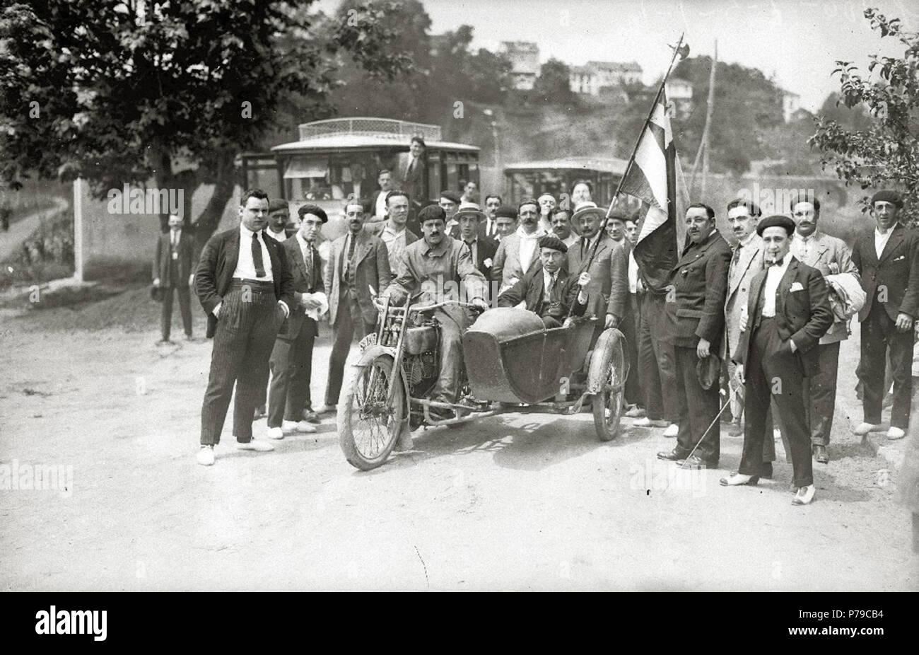 Español: Título original: Hombres montados en una moto con sidecar por las calles de Hernani (2/2) Localización: Hernani (Guipúzcoa)  . 1921 37 Hombres montados en una moto con sidecar por las calles de Hernani (2 de 2) - Fondo Car-Kutxa Fototeka - Stock Image