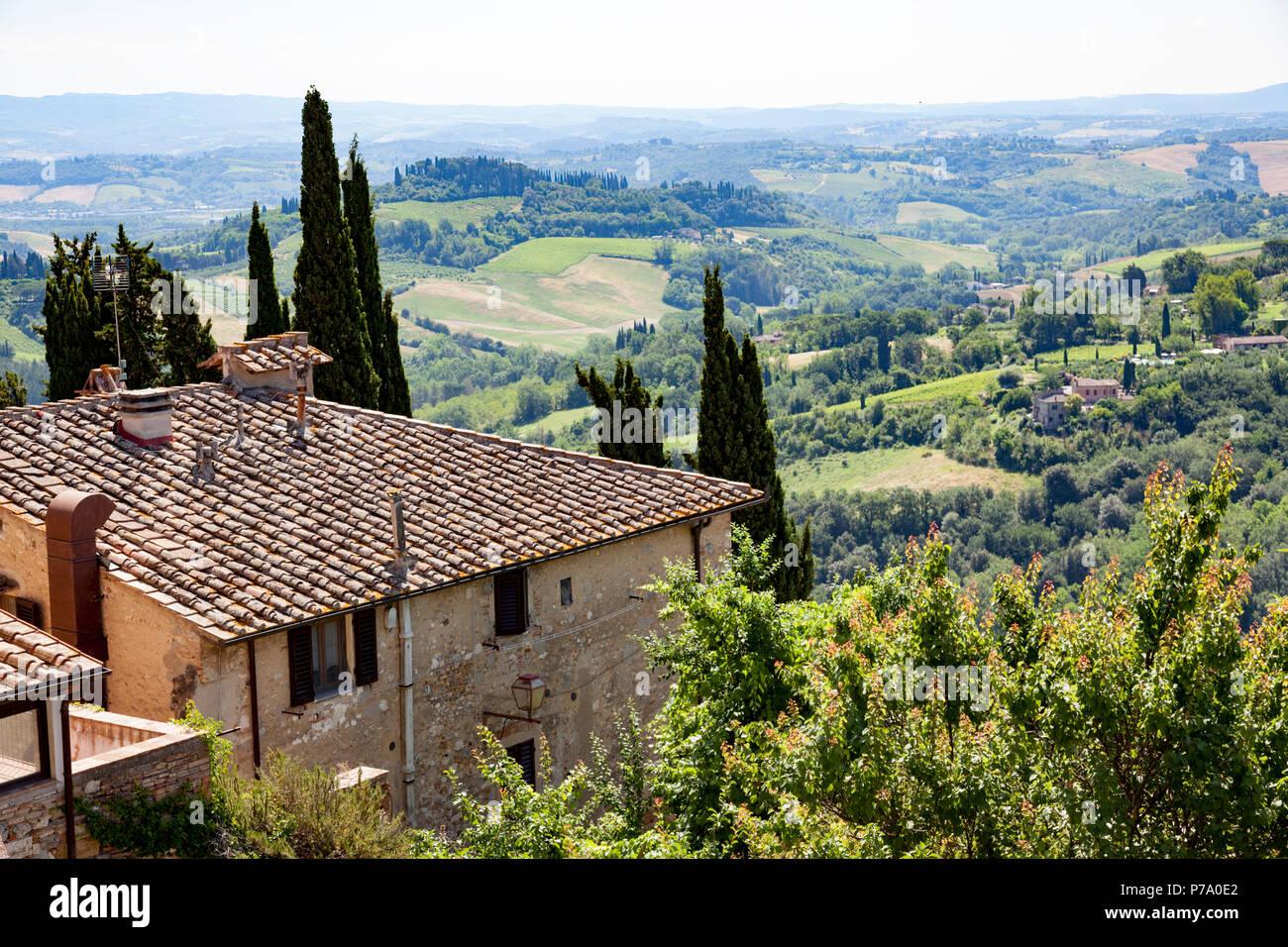 At San Gimignano, a sight on the Tuscan landscape from the city tour (Province of Siena - Italy). A San Gimignano, échappée visuelle depuis le tour de - Stock Image