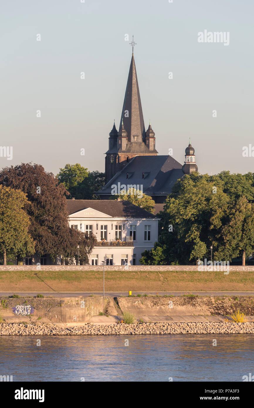 Krefeld, Uerdingen, Blick von der Krefelder Rheinbrücke, katholische Pfarrkirche St. Peter, dvor das alte Casino von 1833 - Stock Image