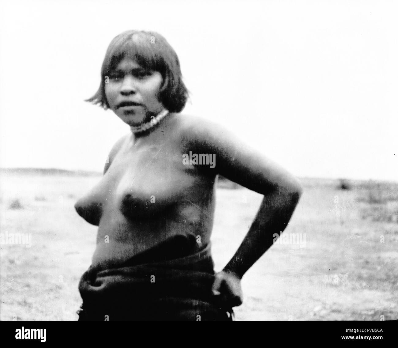 Svenska: Ung kvinna. Rio Pilcomayo, Bolivianska Chaco. Ashluslay, Nivaclé. Gran Chaco, Rio Pilcomayo; Bolivia. Hernmarckska expeditionen (1908–1909). English: Nivaclé people (Q3443961), Nivaclé people (Q3443961). The Hernmarck expedition (1908–1909). 1908 223 Ung kvinna. Rio Pilcomayo, Bolivianska Chaco. Gran Chaco, Rio Pilcomayo - SMVK - 004684 Stock Photo
