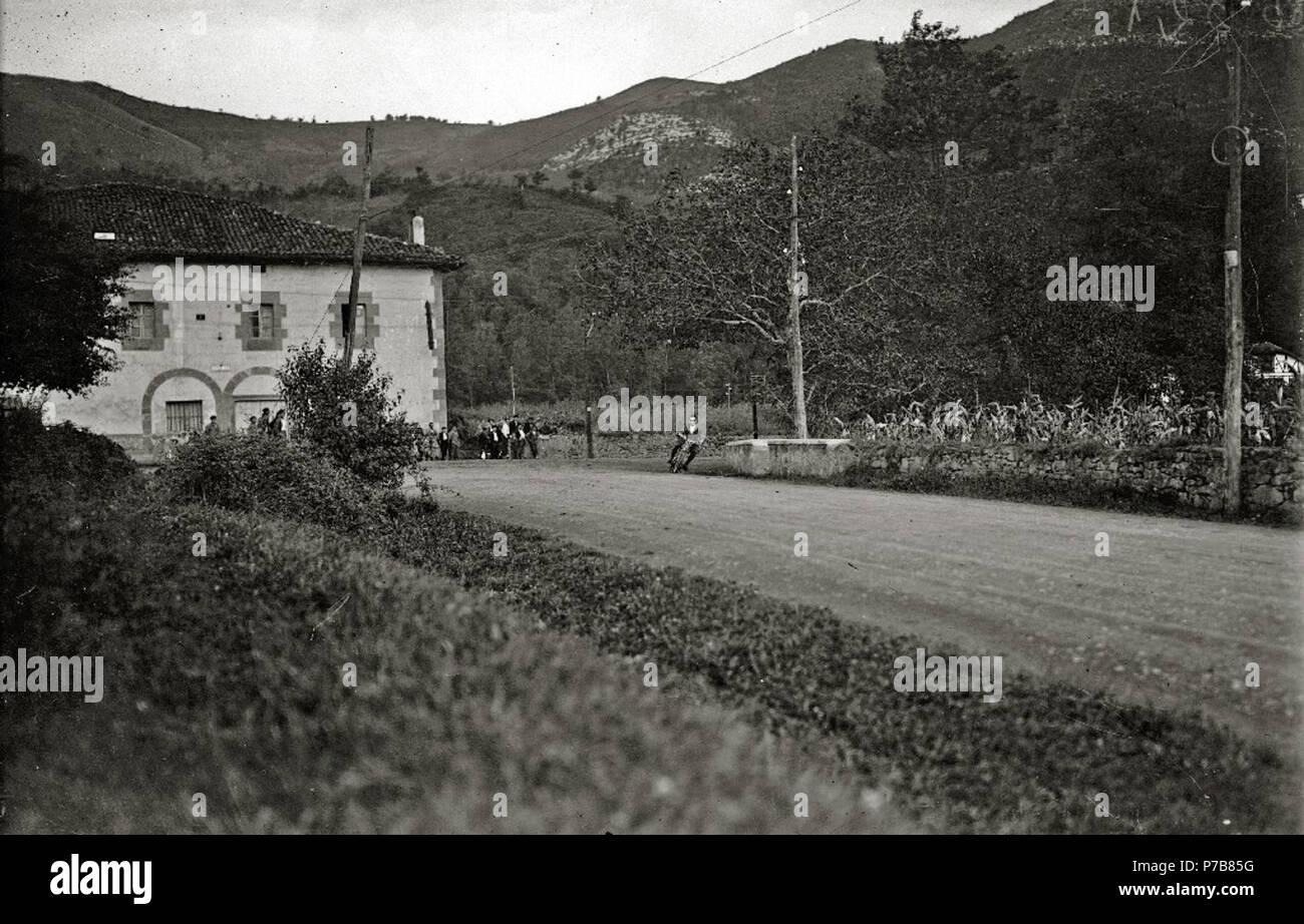 Español: Título original: Prueba motociclista en Andoain (2/2) Localización: Andoáin (Guipúzcoa)  . 1924 53 Prueba motociclista en Andoain (2 de 2) - Fondo Car-Kutxa Fototeka Stock Photo