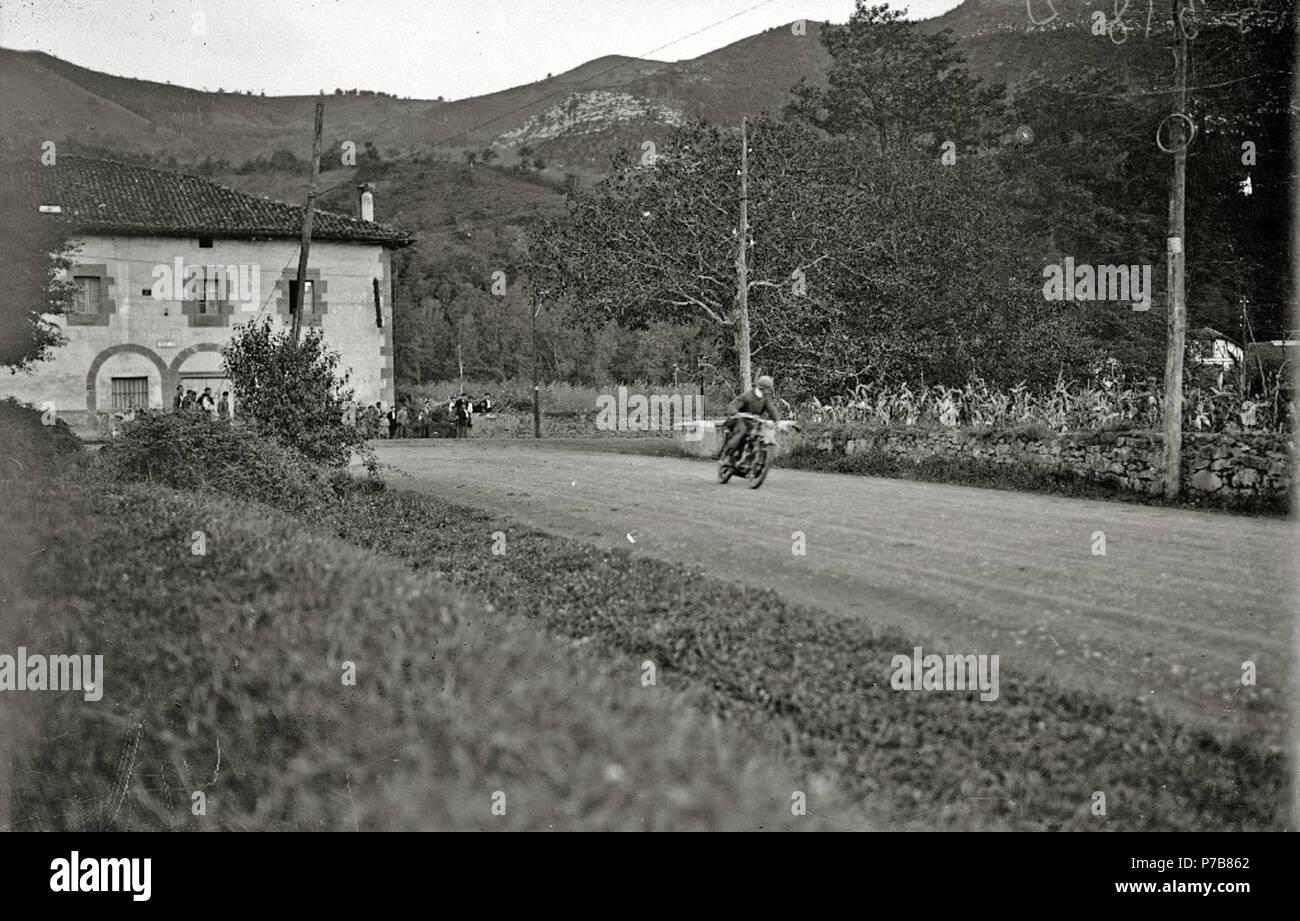 Español: Título original: Prueba motociclista en Andoain (1/2) Localización: Andoáin (Guipúzcoa)  . 1924 53 Prueba motociclista en Andoain (1 de 2) - Fondo Car-Kutxa Fototeka Stock Photo
