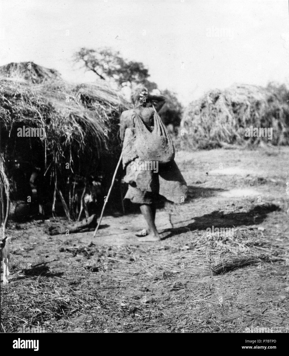 125 Gammal kvinna med börda. Rio Pilcomayo, Gran Chaco. Bolivia - SMVK - 004637 - Stock Image