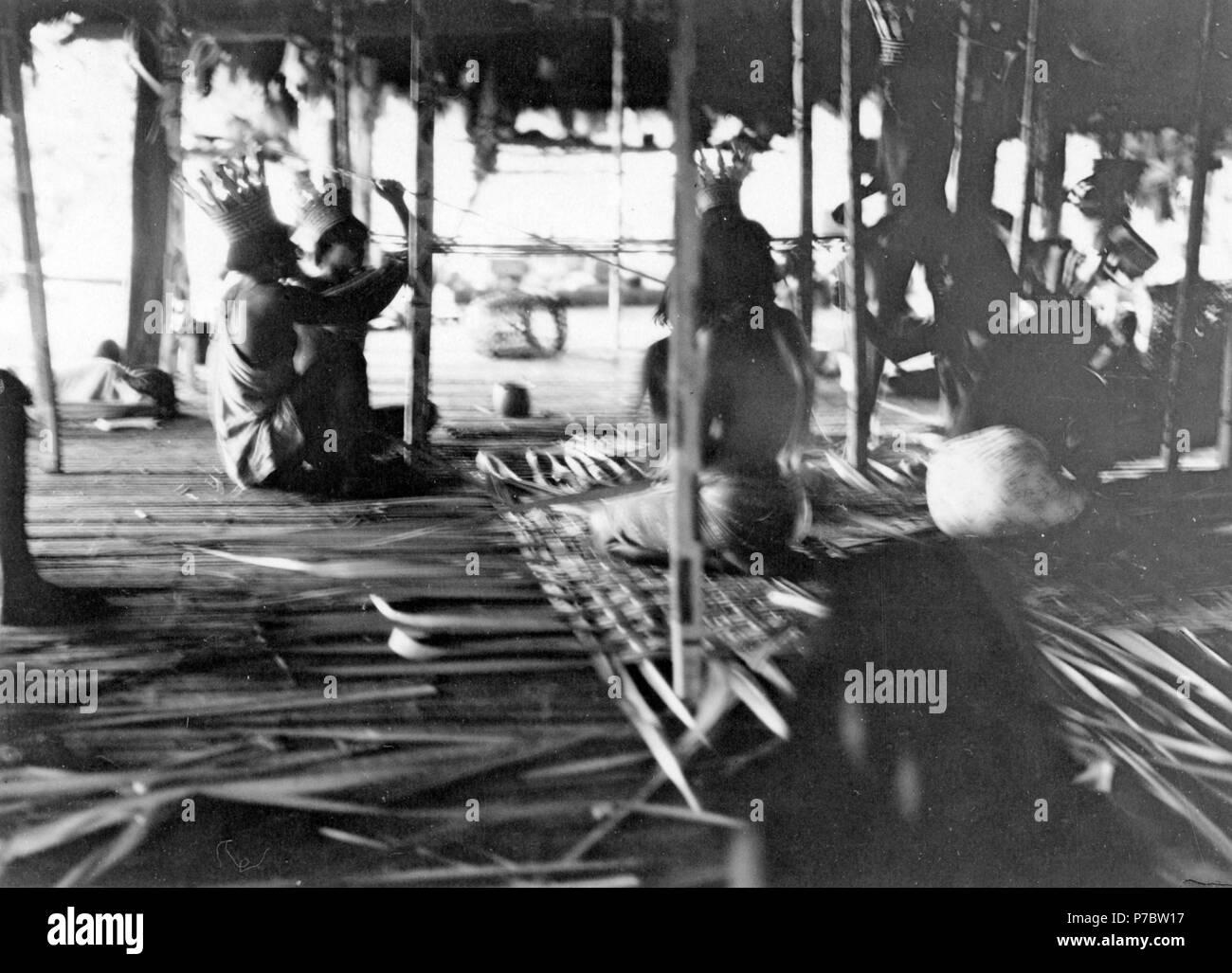 143 Intriör i medicinmannens Selimos hydda under besvärjelsefest. Sambú River, Darién. Panama - SMVK - 004126 - Stock Image