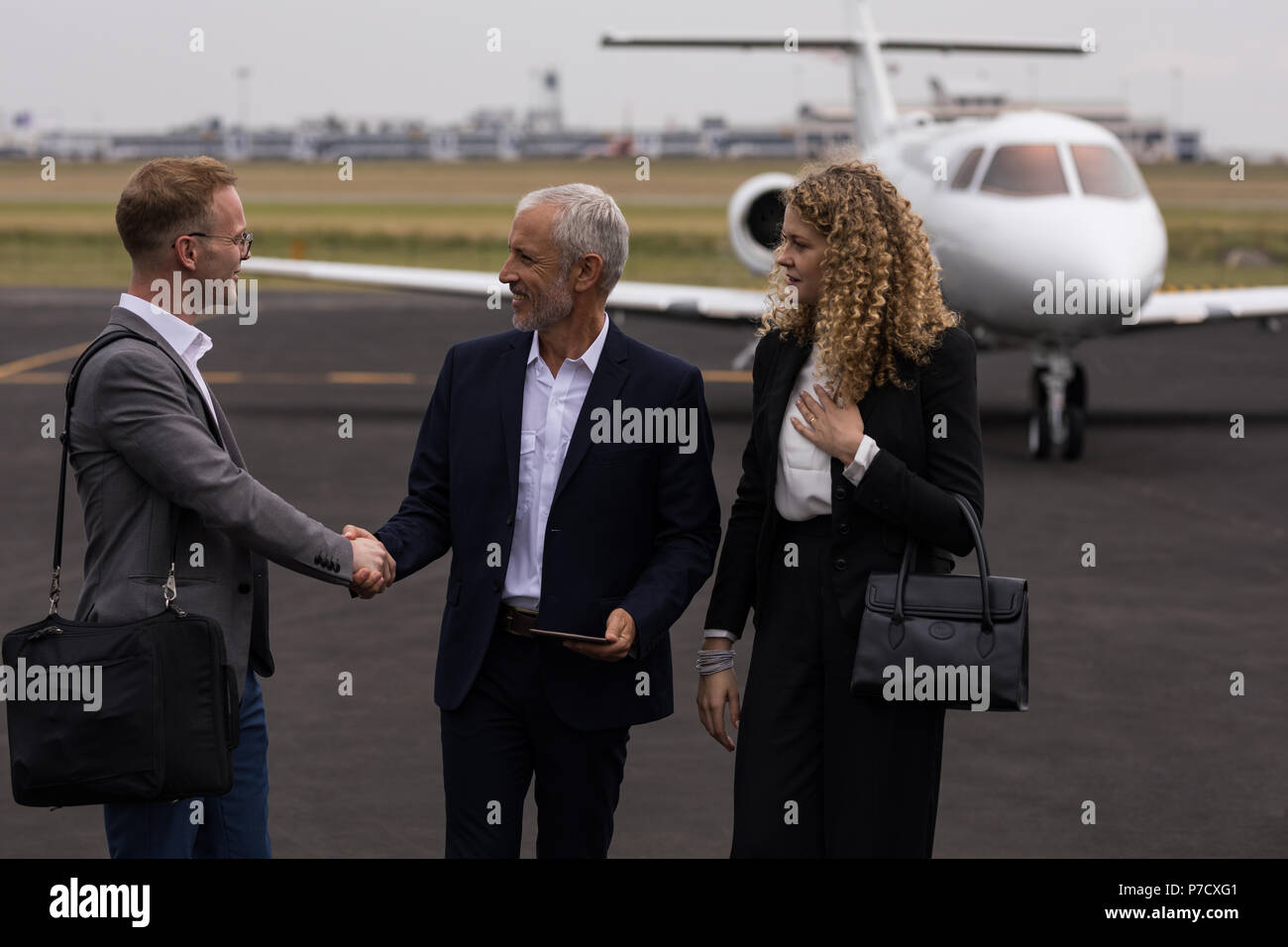 Businesspeople shaking hands with each other - Stock Image