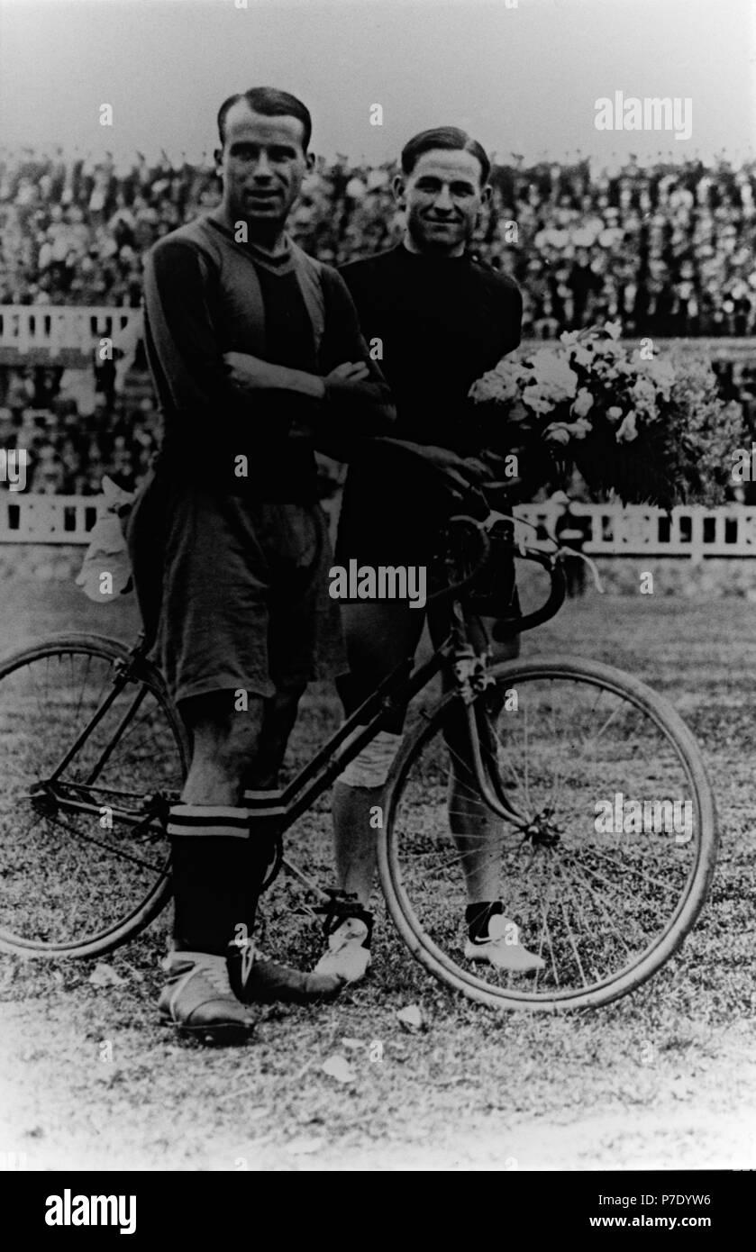 FOTOS HISTORICAS O CHULAS  DE FUTBOL - Página 19 Jos-samitier-vilalta-futbilista-del-cf-barcelona-en-el-campo-de-las-corts-junto-al-corredor-ciclista-mariano-caardo-campen-de-la-volta-a-catalua-el-ao-1929-P7DYW6