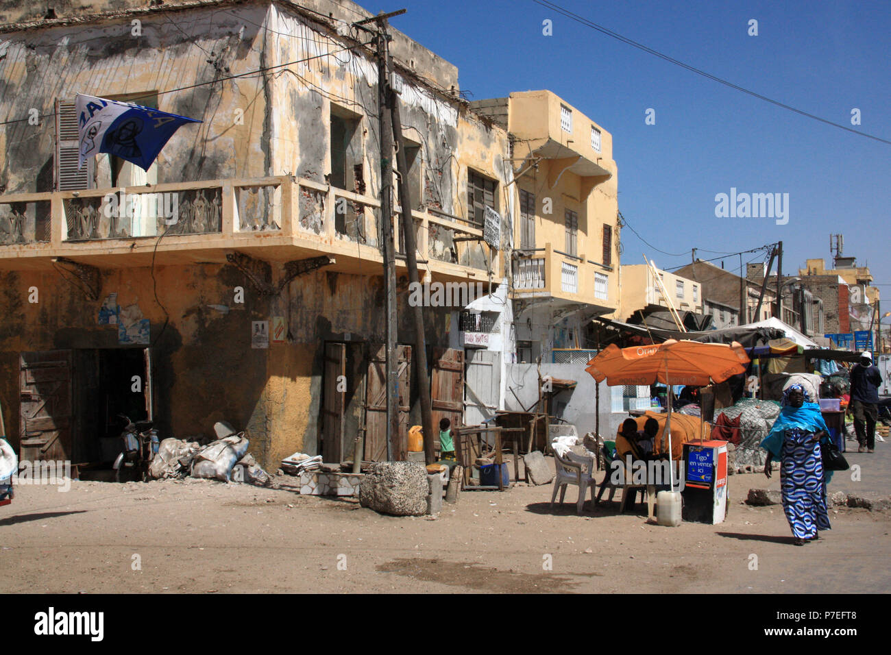 Decrepit house and typical scene on the street in Saint-Louis-du-Sénégal - Stock Image