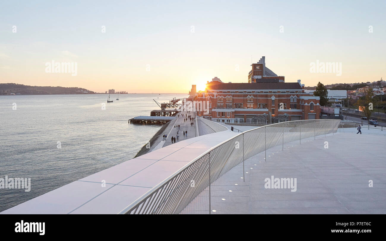 Dusk view from roof terrace towards west. MAAT, Lisbon, Portugal. Architect: A_LA, 2016. - Stock Image