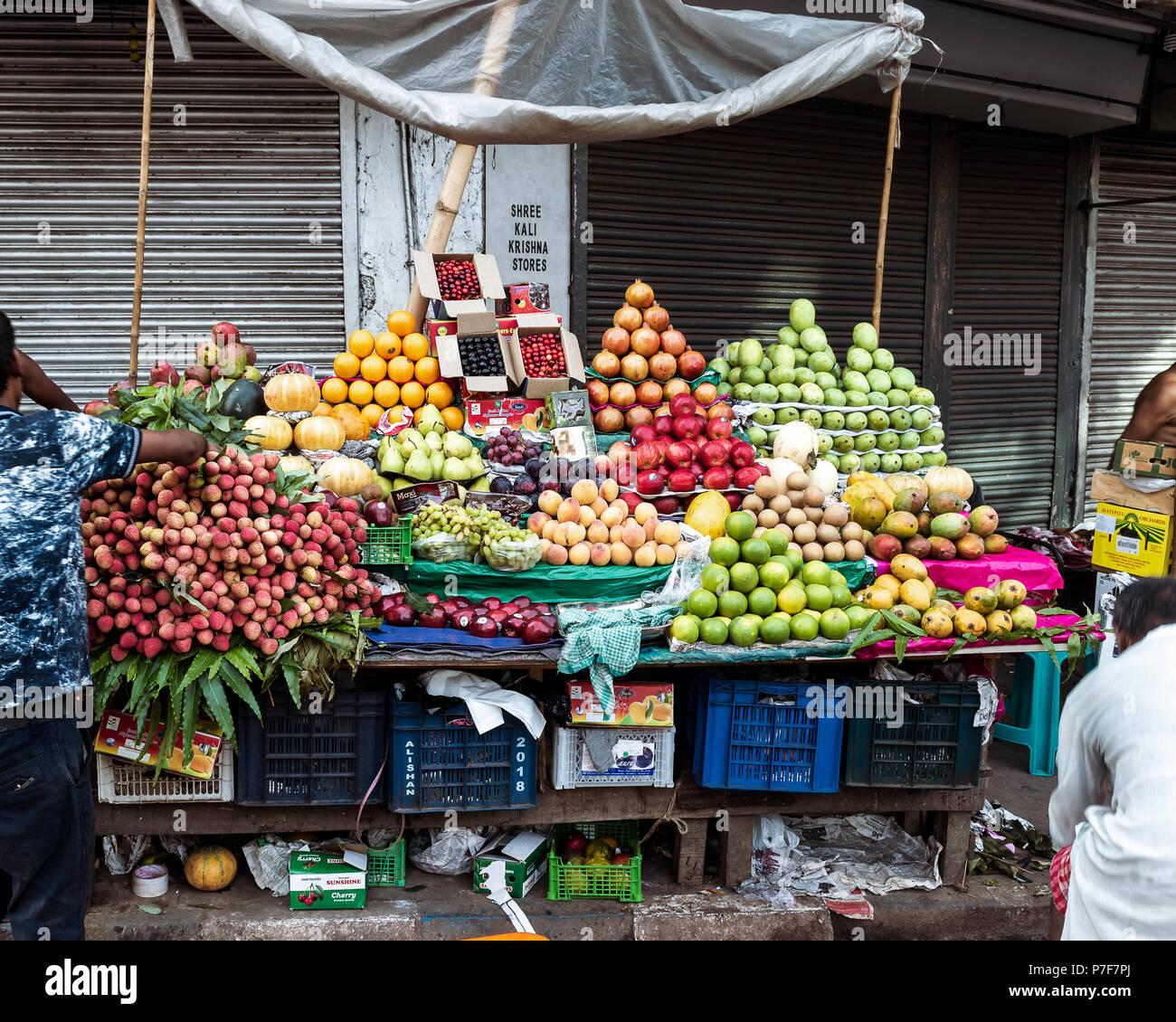May 27,2018. Kolkata,India. Fruit sellers selling fruits on the roadside at Kolkata. - Stock Image