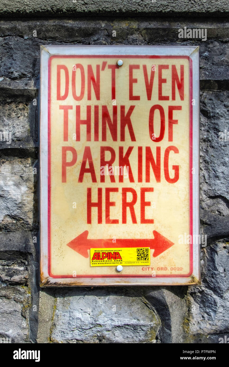 Berlin-Dahlem.No parking notice on stone wall, Don't even think of parking here - Stock Image
