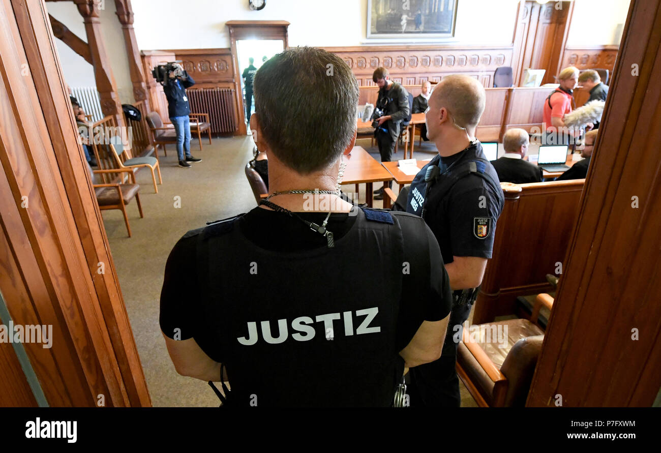 Flensburg, Germany. 06th July, 2018. Magistrates standing during the trial against two defendants indicted for murder. The district court is pronouncing their verdict in the murder trial against the two 20-year-olds, who woke up a coeval in the night before Easter Sunday 2017 and stabbed him by the front door. Credit: Carsten Rehder/dpa/Alamy Live News - Stock Image
