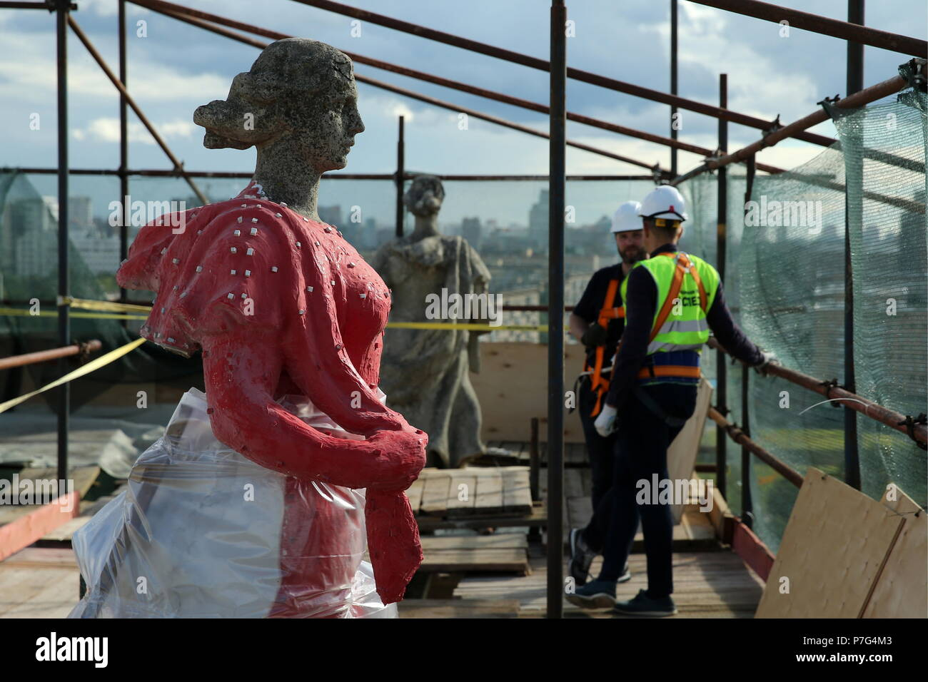 Moscow, Russia. 05th July, 2018. MOSCOW, RUSSIA - JULY 5, 2018: Statues of girls decorating an apartment block at 30 Leninsky Prospekt Street. Sixteen statues of WWII soldiers and girls greeting them from the frontlines made in the late 1940s are to undergo extensive restoration. Alexander Ryumin/TASS Credit: ITAR-TASS News Agency/Alamy Live News - Stock Image