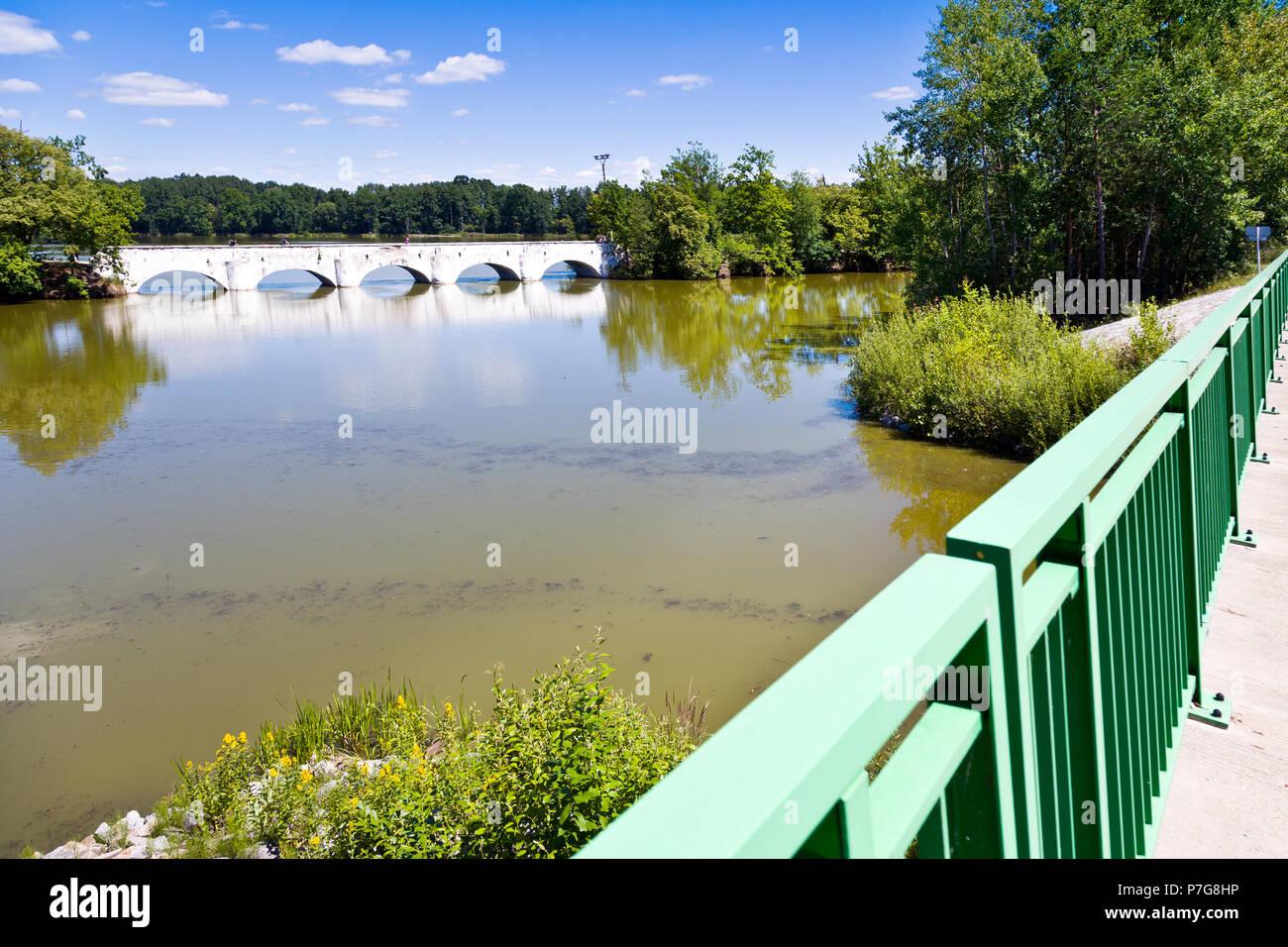 Most přes rybník Vítek z 1781, Stará Hlína, Jižní Čechy, Česká republika / stony bridge from 1781 over Vitek pond, Stara Hlina, South Bohemia, Czech r Stock Photo