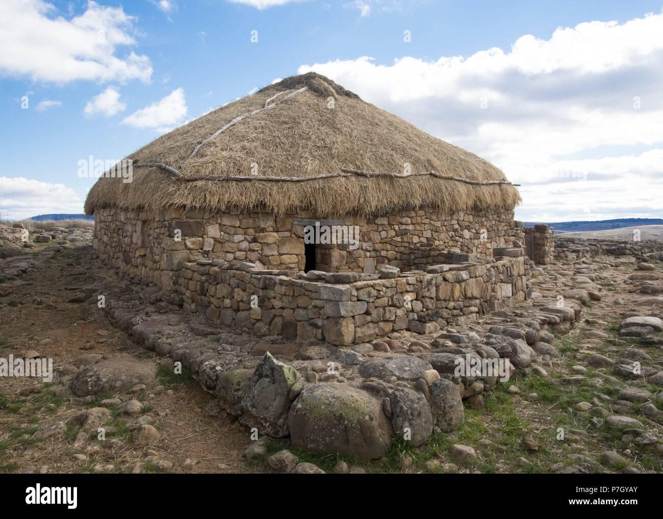 Casa reconstruída en el yacimiento celtíbero de Numancia, Soria. - Stock Image
