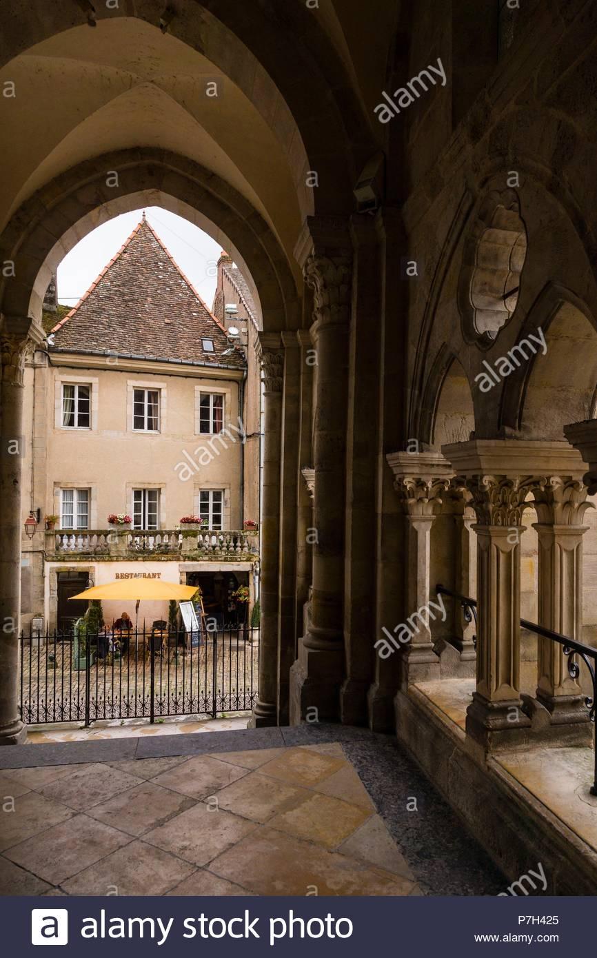 restaurante junto a la basílica de Santa María Magdalena de Vézelay, obra maestra de la arquitectura románica del siglo XII, monumento histoico, patrimonio de la humanidad por la Unesco, Vézelay, Borgoña, France. - Stock Image