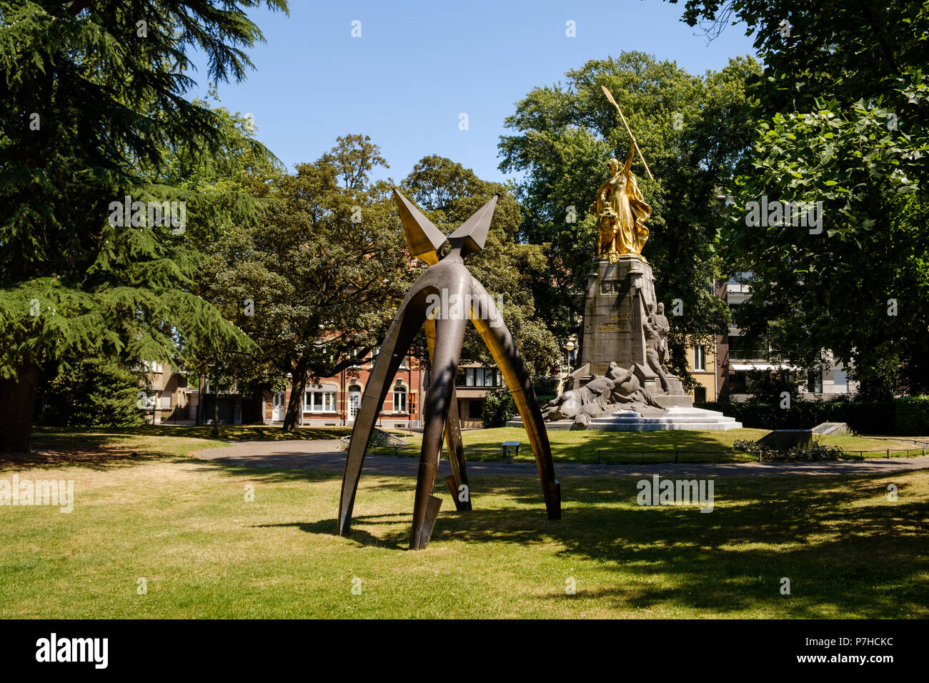 Monument of 2 spurs in the Groeningepark remembering the Battle of the Golden Spurs (Guldensporenslag) fought July 11 1302 in the background the Groen - Stock Image