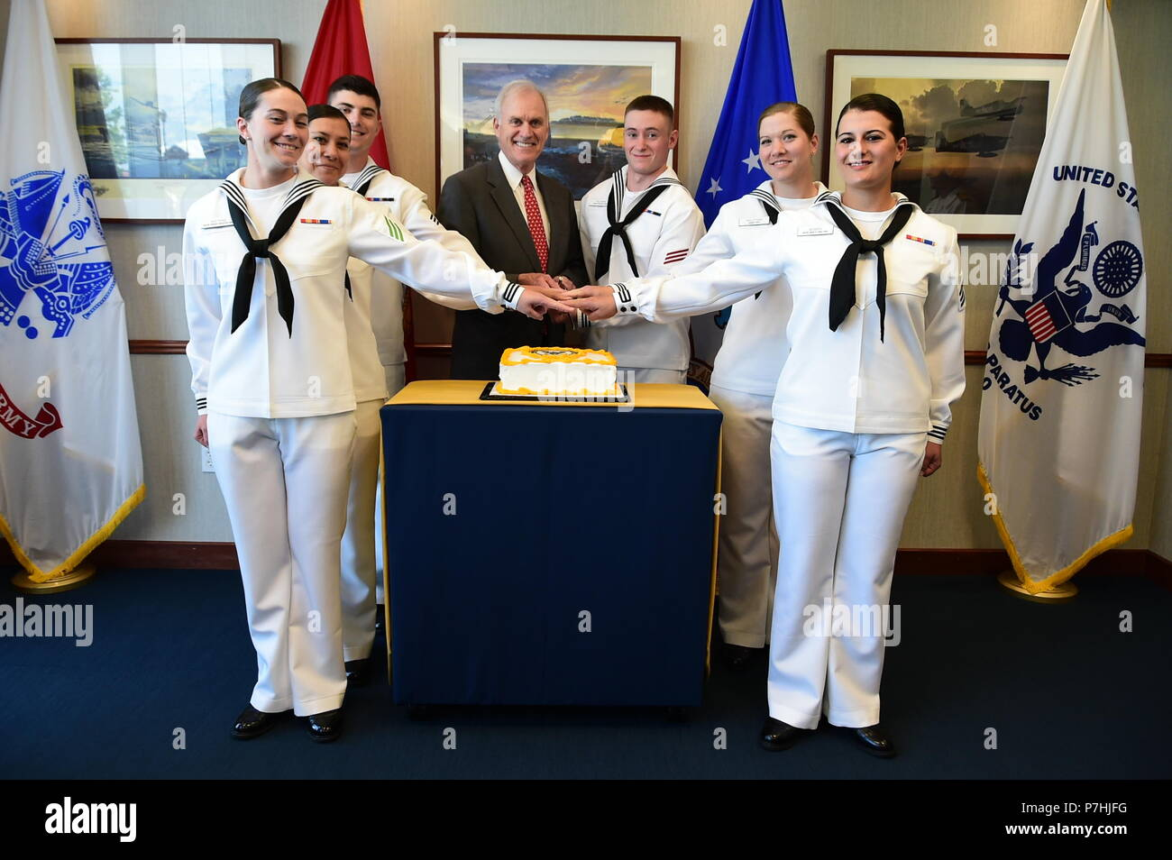 180629-N-CM124-0029  GREAT LAKES, Ill. (June 29, 2018) Secretary of the Navy Richard V. Spencer cuts the cake with the recruit award winners at a post-graduation reception, June 29, 2018 at Midway Ceremonial Drill Hall at Recruit Training Command (RTC). Spencer served as the reviewing officer for the pass-in-review graduation ceremony where more than 650 recruits graduated from the Navy's only boot camp. Spencer was making his second visit to RTC since being named secretary of the Navy on Aug. 3, 2017. About 38,000 to 40,000 recruits graduate annually from RTC. (U.S. Navy photo by Susan Krawcz - Stock Image