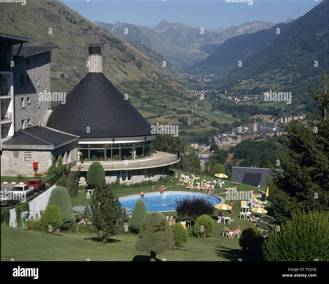 Ext arquitectura s xx y piscina situado en el valle de aran location parador nacional - Piscinas en el valle ...