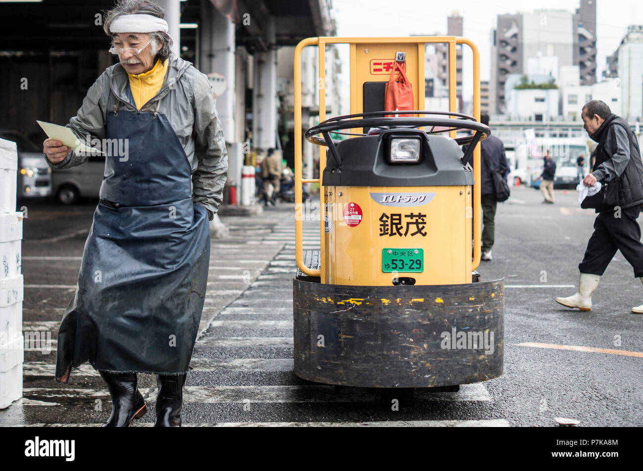 A worker at the fish market in Tokyo - Stock Image