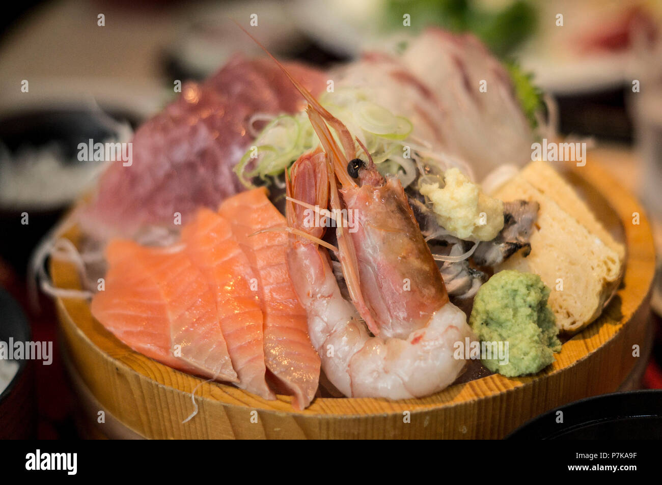A plate with fresh fish at the fish market in Tokyo - Stock Image