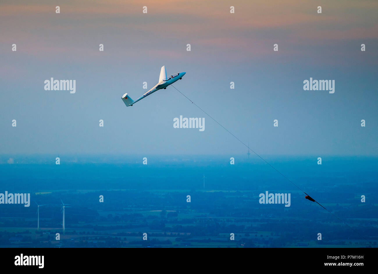 Glider, take-off over Hamm, winch launch, take-off rope, ASW21 training two-seat glider flown as single-seat glider, Hamm, Ruhr area, North Rhine-Westphalia, Germany - Stock Image