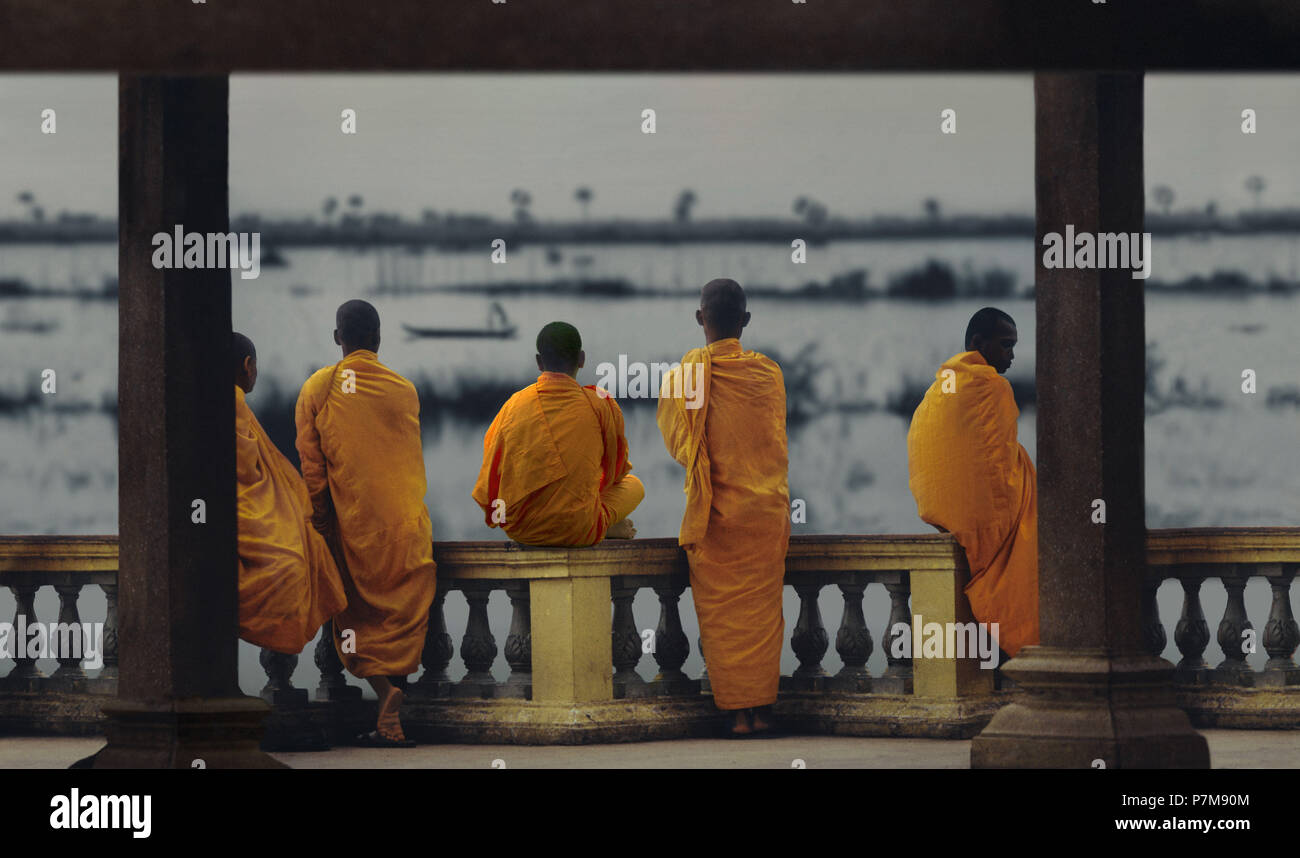 Monks overlooking the Mekong River and Lake Tonle Sap - Stock Image