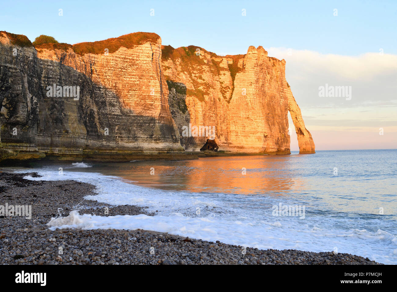 France, Seine Maritime, Caux, Alabaster Coast, Etretat, the beach, the Aval cliff, the Arch and the Aiguille (Needle) d'Aval - Stock Image