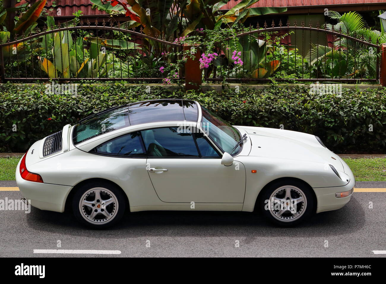 Porsche 911 993 Targa Glass Roof Stock Photo: 211279556 - Alamy