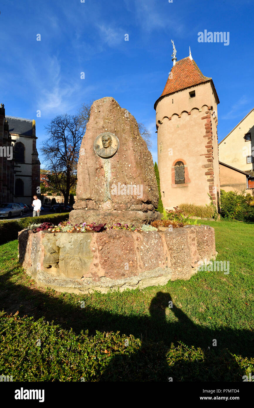 France, Bas Rhin, Obernai, Gyss monument and tower of Poudriere at the bottom of the ramparts - Stock Image