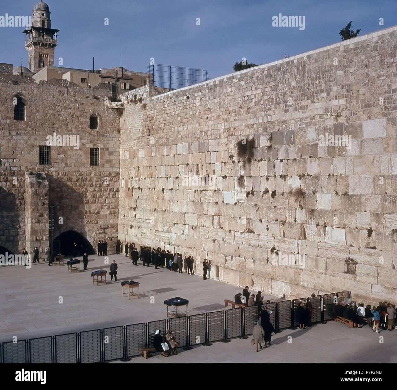 MURO DE LAS LAMENTACIONES CON FIELES ORANDO -  HOMBRES A LA DERECHA Y MUJERES A LA IZQUIERDA. Location: MURO DE LAMENTACIONES, JERUSALEM. - Stock Image