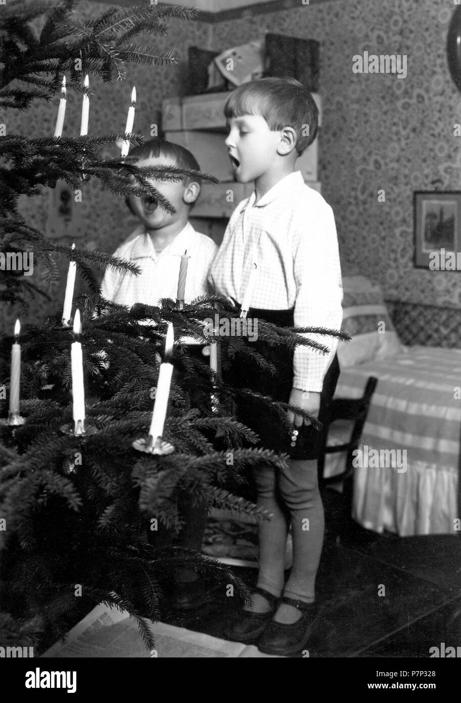 2 boys singing christmas tree, ca. 1930, exact place unknown, Germany - Stock Image