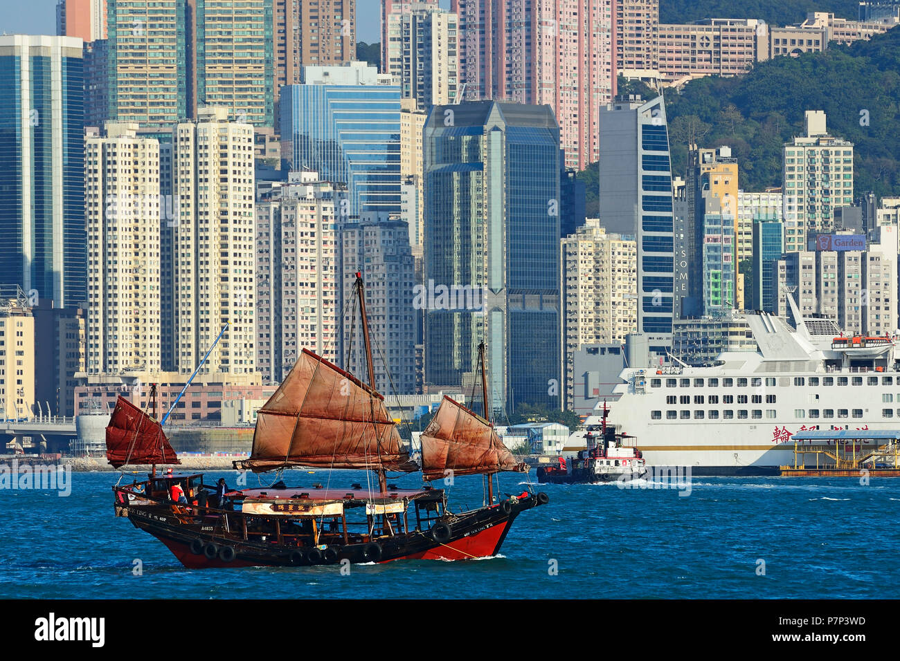 Traditional sailboat, junk in front of the skyline, Hong Kong, China - Stock Image