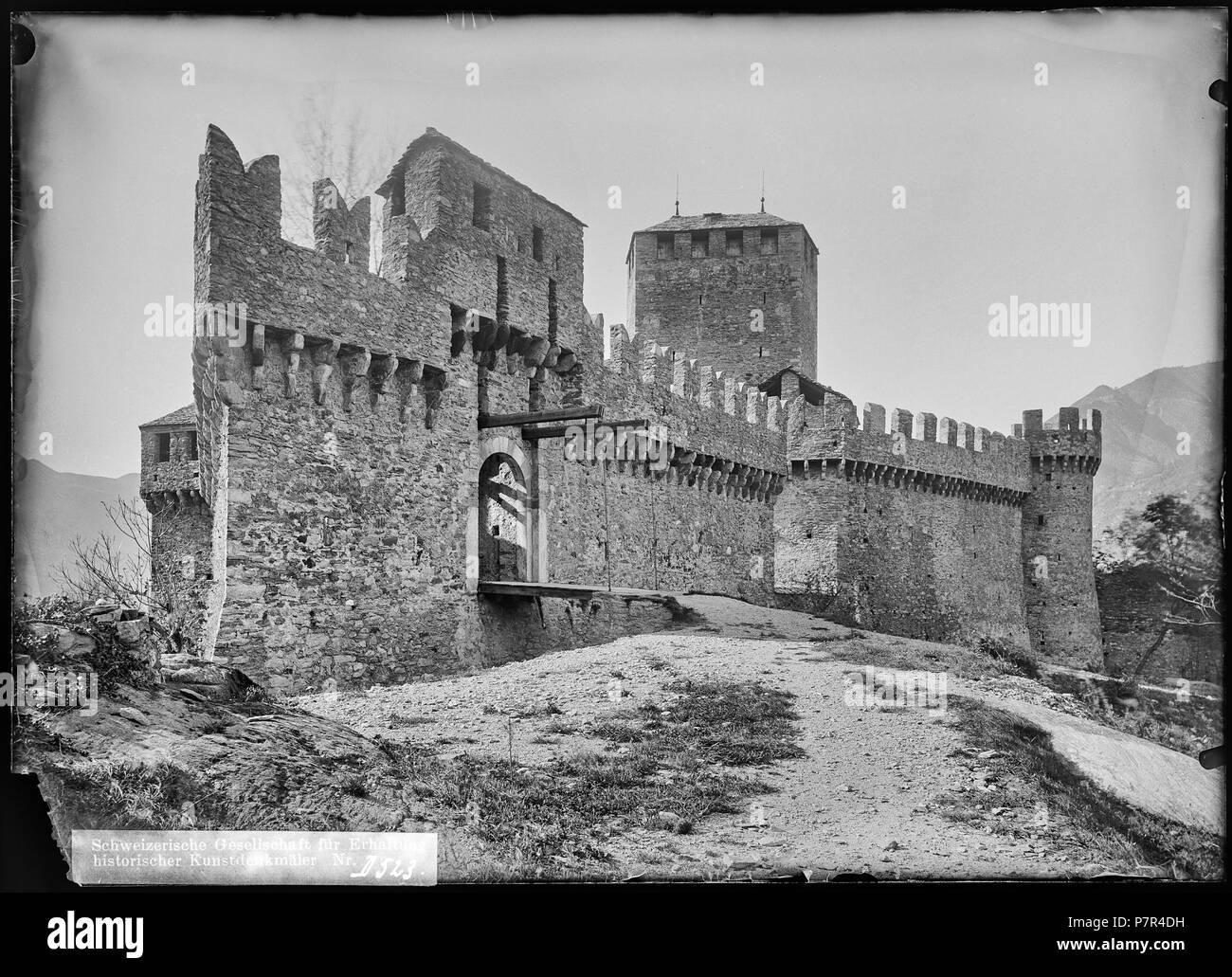 Bellinzona, Castello di Montebello, vue d'ensemble; Vue d'ensemble du sud du Château de Montebello et principalement de son pont-levis et de la route y menant, à Bellinzone dans le canton du Tessin. 1904 67 CH-NB - Bellinzona, Castello di Montebello, vue d'ensemble - Collection Max van Berchem - EAD-7110 - Stock Image