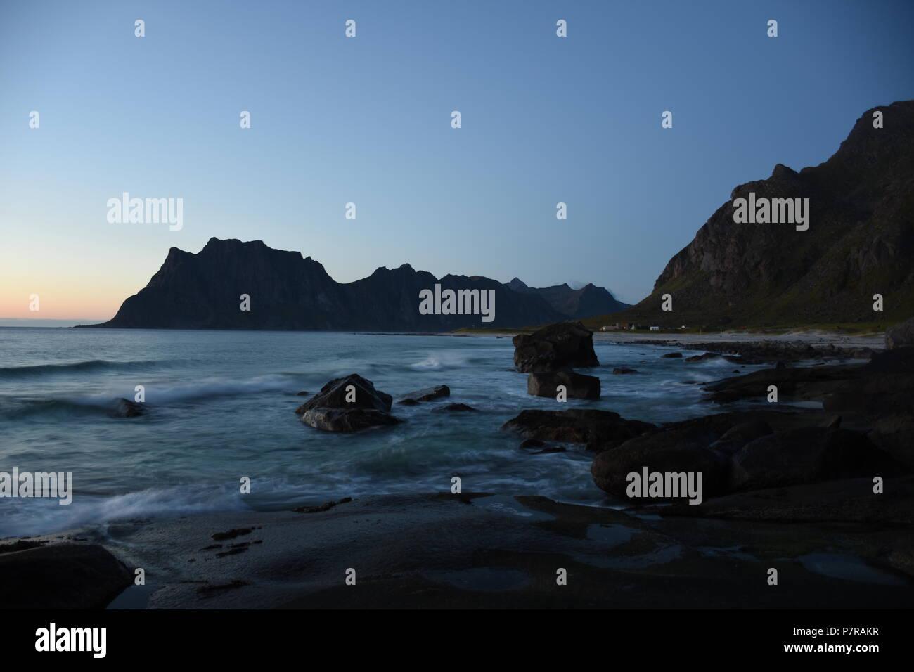 Norwegen, Lofoten, Leknes, Uttakleiv, Küste, Felsküste, Brandung, Fontäne, Gischt, Abend, Dämmerung, Nacht, Abenddämmerung, Weg, Strand, Sandstrand, I Stock Photo