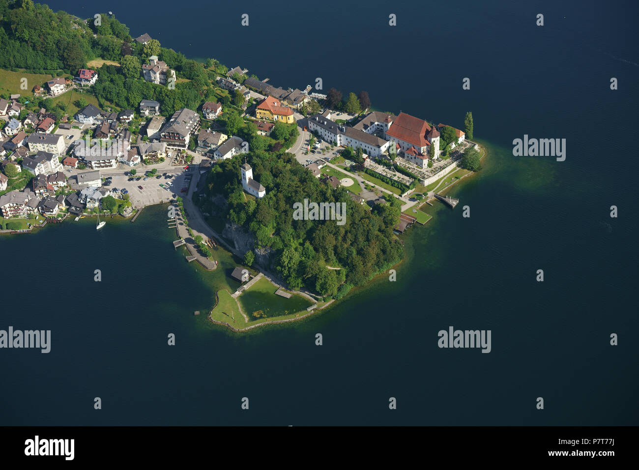 VILLAGE OF TRAUNKIRCHEN ON THE LAKESHORE OF TRAUNSEE (aerial view). Upper Austria, Austria. - Stock Image