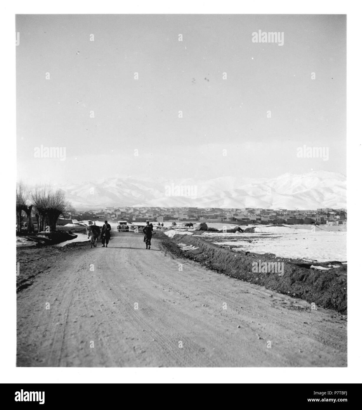 Persien, Hamadan: Landschaft; Strasse, im Hintergrund schneebedeckte Berge. from 1933 until 1934 77 CH-NB - Persien, Hamadan- Landschaft - Annemarie Schwarzenbach - SLA-Schwarzenbach-A-5-04-028 - Stock Image
