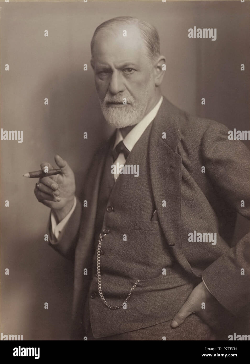 English: Photographic portrait of Sigmund Freud, signed by the sitter ('Prof. Sigmund Freud') . circa 1921 346 Sigmund Freud, by Max Halberstadt (cropped) - Stock Image