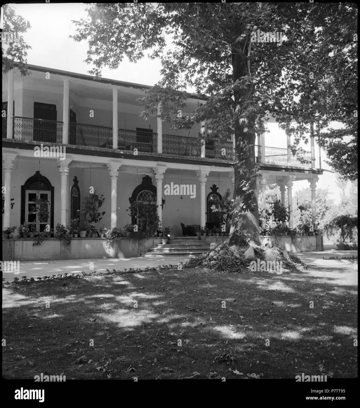 Iran, Meshed (Mashhad): Britisches Konsulat; Zweistöckiges Haus mit Säulen. from 1939 until 1940 73 CH-NB - Iran, Meshed (Mashhad)- Britisches Konsulat - Annemarie Schwarzenbach - SLA-Schwarzenbach-A-5-19-111 Stock Photo