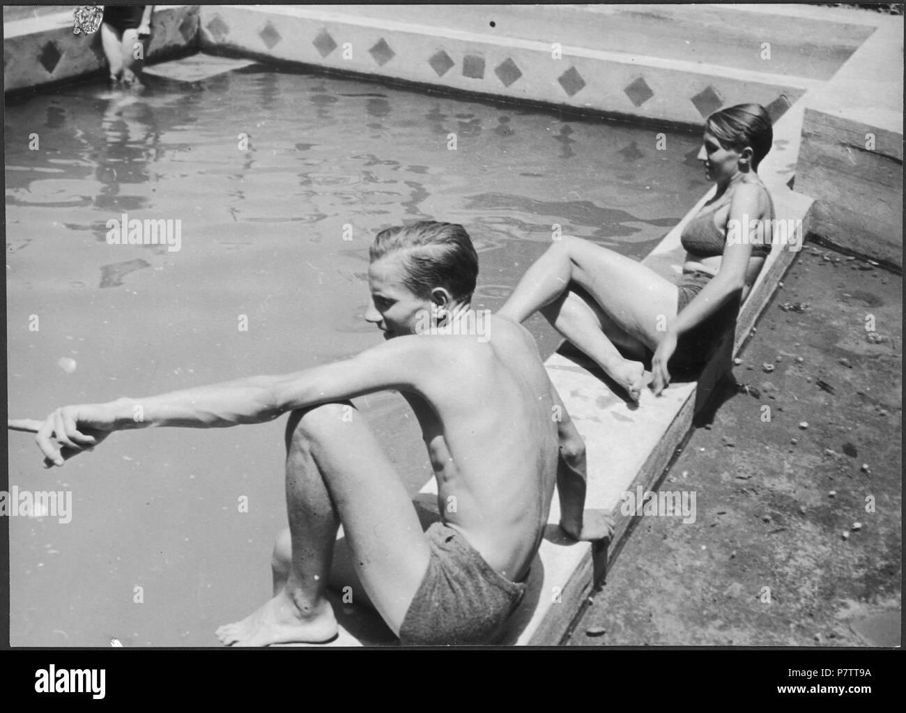 Iran, Meshed (Mashhad): Britisches Konsulat; Eine Frau und ein Mann am Swimmingpool. from 1939 until 1940 73 CH-NB - Iran, Meshed (Mashhad)- Britisches Konsulat - Annemarie Schwarzenbach - SLA-Schwarzenbach-A-5-19-113 Stock Photo
