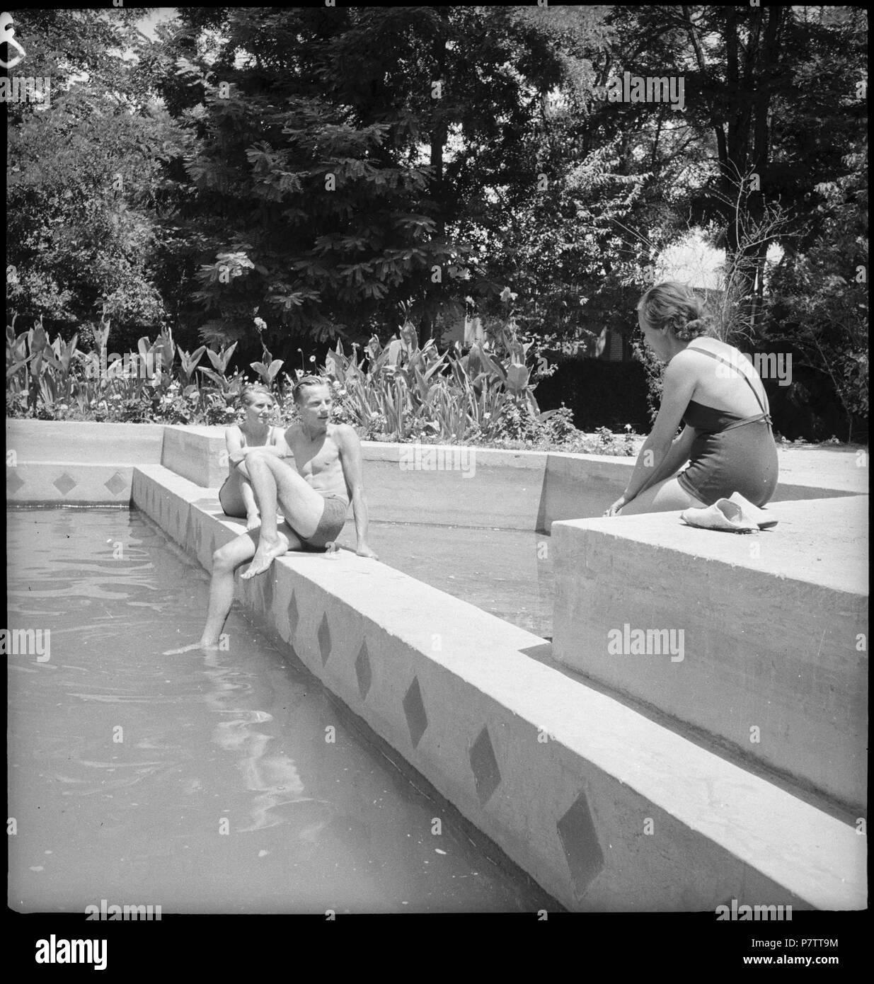 Iran, Meshed (Mashhad): Britisches Konsulat; Eine Frau und ein Mann am Swimmingpool. from 1939 until 1940 73 CH-NB - Iran, Meshed (Mashhad)- Britisches Konsulat - Annemarie Schwarzenbach - SLA-Schwarzenbach-A-5-19-114 - Stock Image